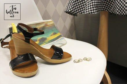 Sandalias negras, pendientes dorados y clutch estampado
