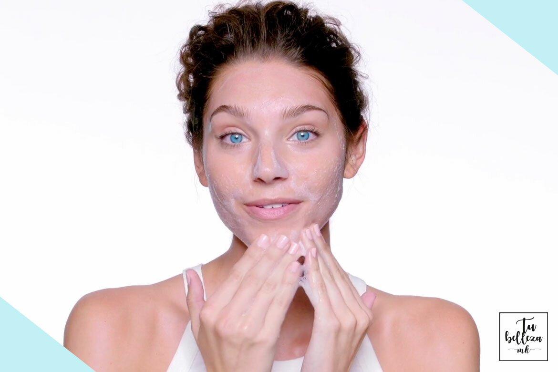 La limpieza facial es importante para reducir el acné