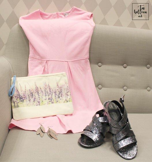 Look rosa bebé con sandalias plateadas y pendientes grandes