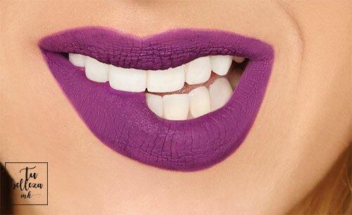 Llevar los labios violeta es una tendencia perfecta para cualquier época del año