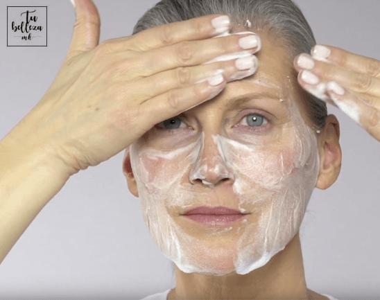 Limpia en profundidad tu rostro cn un producto específicos para pieles maduras.